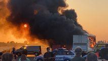 Inferno sull'A1, assalto al portavalori  Spari e auto incendiate: è il panico