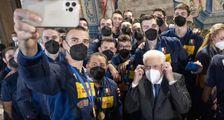 """Schiacciate azzurre per Mattarella e Draghi  """"Avete tenuto alto il nome dell'Italia"""""""