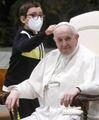Fuori programma in Vaticano  Bimbo si siede accanto al Papa