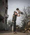 Il dramma siriano in una foto  L'abbraccio del papà mutilato  al figlio nato senza arti
