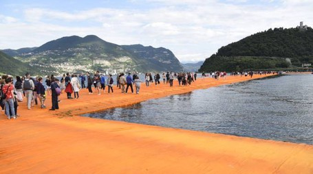 'The Floating Piers' di Christo sul Lago d'Iseo (Dire)