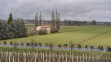 I corridori attraversano la campagna milanese (LaPresse)
