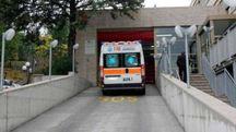 Un mezzo del 118 all'ingresso del pronto soccorso
