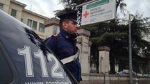 Bologna, picchia la moglie e viene arrestato. Carabinieri fuori dal Sant'Orsola (archivio)