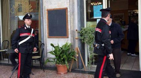 Un sopralluogo dei carabinieri al Bar Roma