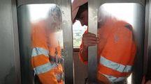 Gli operai aprono aprono l'ascensore
