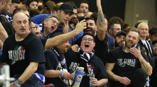 Basket Final Eight: Vanoli Cremona-Happy Casa Brindisi: lo spettacolo del tifo / FOTO