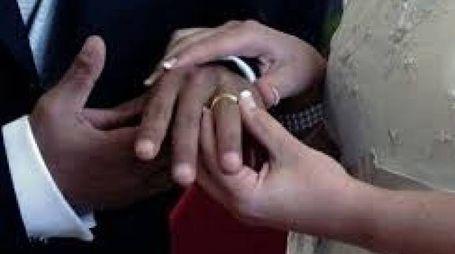 Uno scambio di fedi in una foto generica di matrimonio