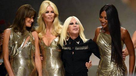 Donatella Versace con Carla Bruni, Claudia Schiffer e Naomi Campbell (Ansa)
