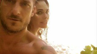 Ilary Blasi, fuga d'amore con Totti. In costume alle Maldive