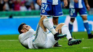 Cristiano Ronaldo ferito si specchia nel cellulare per vedere i 'danni'