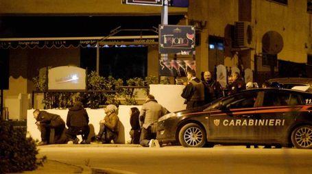 Gli agenti assediano il 48enne barricato in casa a Bellona (Lapresse)