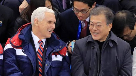 Il vice presidente Usa Mike Pence e il presidente Sudcoreano Moon Jae-in (Ansa)