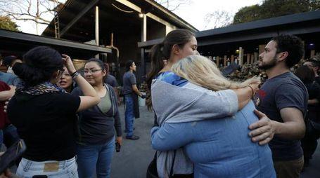 Gente spaventata a Città del Messico per il terremoto (Ansa)