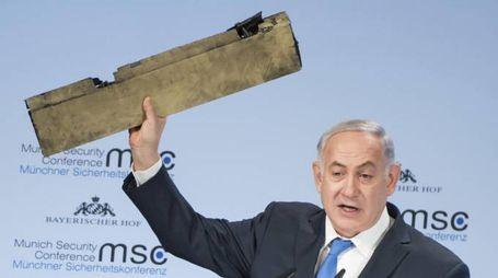 Benjamin Netanyahu mostra un pezzo del drone iraniano abbattuto (Ansa)