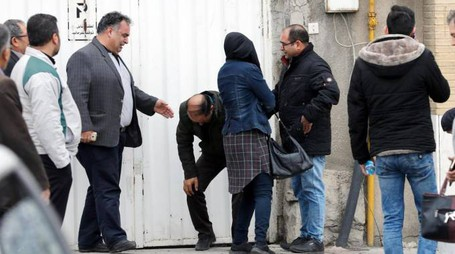 Iran, i parenti delle vittime dell'aereo caduto (Ansa)