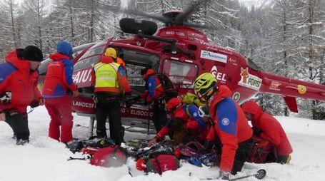 Valanga travolge 20 persone, i soccorsi a Racines, in Alto Adige (Ansa)