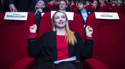 Giorgia Meloni tra le poltrone vuote di Salvini e Berlusconi all'iniziativa anti-inciucio