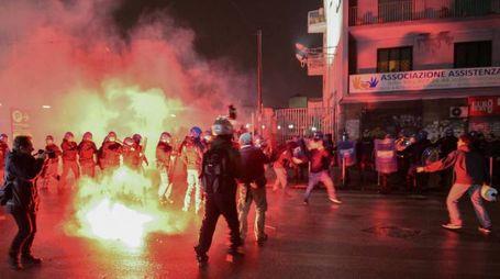 Napoli, scontri al corteo contro CasaPound (Lapresse)