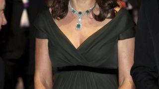 Kate Middleton in verde bottiglia ai Bafta 2018. E sul web piovono critiche