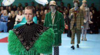 Gucci, sfilano i modelli cyborg con le loro teste mozzate