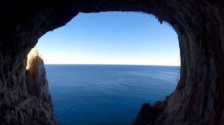 La vista sul mare dalla Grotta dei Briganti – Foto: Outdoor Finale Ligure/YouTube