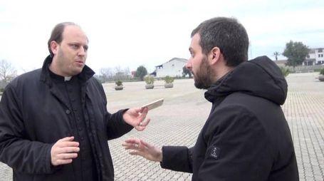 Don Michele Barone durante l'intervista de 'Le Iene'