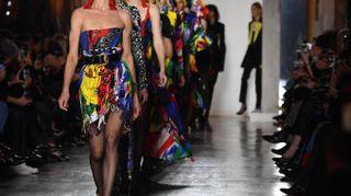 Versace, le immagini della sfilata. Spiccano Natalia Vodianova e Gigi Hadid