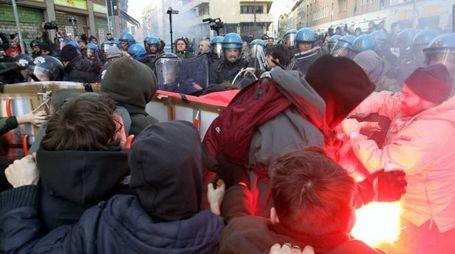 Tafferugli a Milano al presidio dei centri sociali (Newpresse)