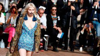 Vivienne Westwood, sfilano le cortigiane punk. La lettera d'amore in passerella