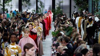 Valentino incanta Parigi con la forza del romanticismo