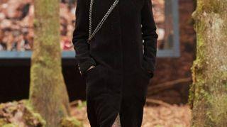 Sfilata Chanel, passerella nel bosco per l'inverno chic di Lagerfeld