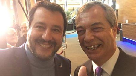 Matteo Salvini, selfie con Farage (ImagoE)