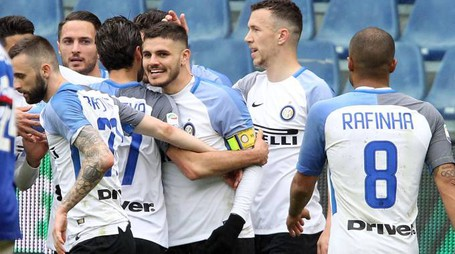 Sampdoria-Inter, i compagni festeggiano Icardi (LaPresse)