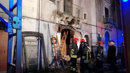 Forze dell'ordine e vigili del fuoco all'esterno della palazzina esplosa (Ansa)