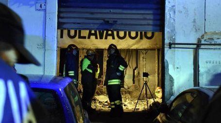 Forze dell'ordine e vigili del fuoco all'esterno della palazzina di via Sacchero (Ansa)