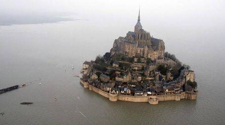 L'isolotto turistico di Mont Saint-Michel, in Bretagna (Ansa)