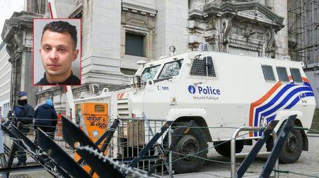 Il tribunale di Bruxelles e nel riquadro il terrorista Salah Abdeslam (Ansa)