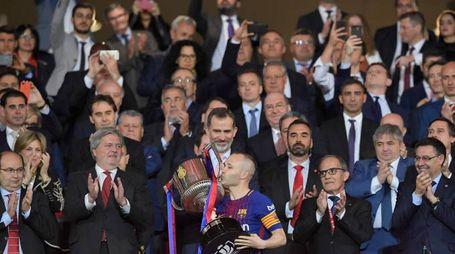 Iniesta alza la Copa del Rey