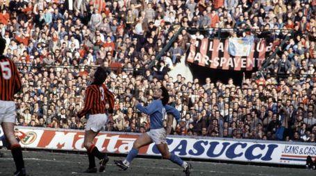 Maradona in azione contro il Milan nel 1987