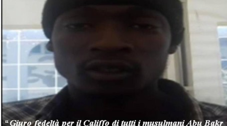 Alagie Touray, 21 anni, in un video giura fedeltà all'Isis (Ansa)