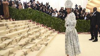 Rihanna stupisce tutti al Met Gala 2018. Vestito da 'Papessa' (in tacchi a spillo)