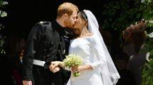 Il principe Harry bacia la moglie Meghan alla fine della cerimonia (Lapresse)
