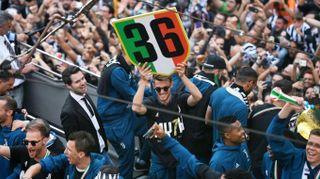 La Juve sfila in pullman, bagno di folla a Torino