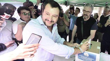 Matteo Salvini voto a un gazebo il contratto di governo (Ansa)