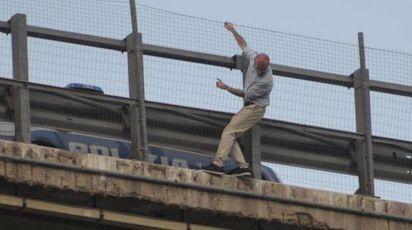 Fausto Filippone in bilico sul viadotto dell'A14 (Ansa)