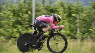 Giro d'Italia 2018, super Yates nella cronometro: mantiene la maglia rosa