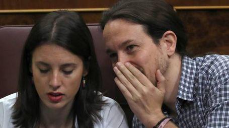 Pablo Iglesias con la compagna Irene Montero (Lapresse)