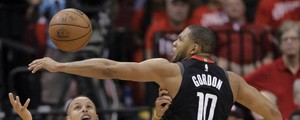 Eric Gordon su Stephen Curry (Ansa)