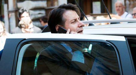 Giuseppe Conte esce dalla sua abitazione (LaPresse)